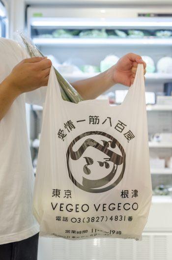 ロゴが大きく入ったレジ袋。インパクト大だ。