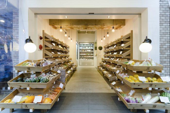 シンメトリーに作られた店内。什器として使用している木の箱は宮崎県の木材を使用して作られたもの。