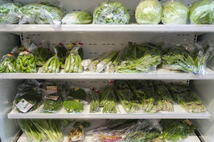 冷蔵ケースには旬の葉野菜がぎっしり。