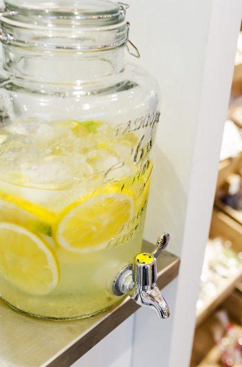 無料で提供している水には季節の果物を入れている。