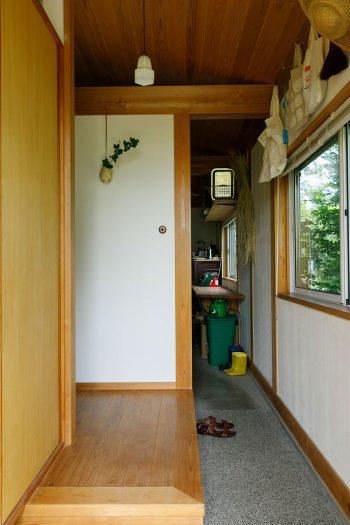 玄関を開けて手前の小上がりの奥がリビングへ、土間は奥の作業部屋へ続いている。