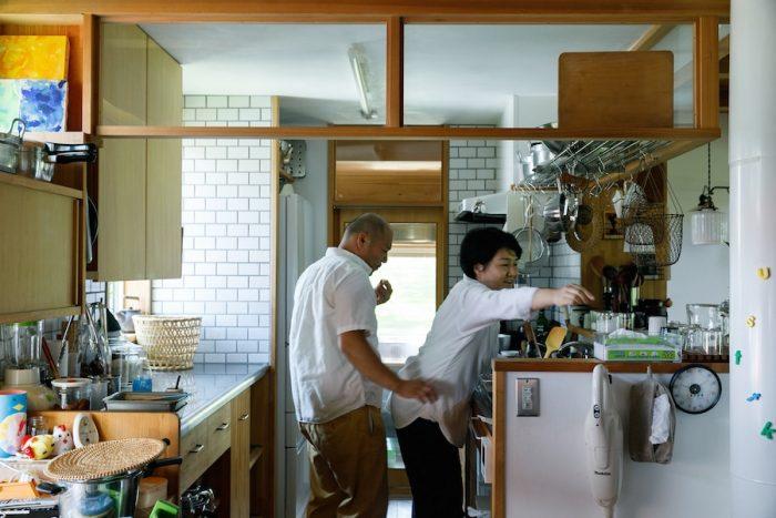 写真奥の開口が作業部屋からキッチンへの出入り口。キッチンの動線は大人がすれ違える幅で。
