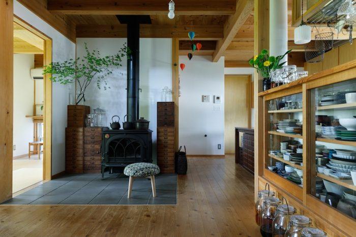 部屋の中心にある薪ストーブは冬には欠かせないという。床はタイル敷きで夏はひんやり、冬はあったか。