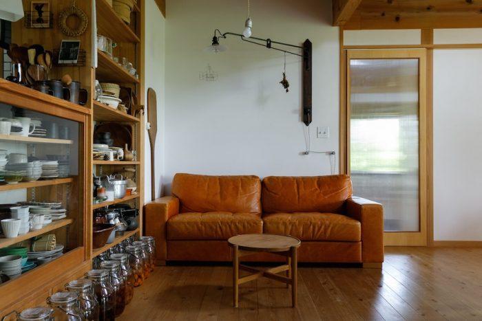 ソファは季節ごとに日当りのいい場所や涼しい場所に移動して使う。広島のソファ専門ファクトリー「心石工芸」でていねいにつくられたもの。