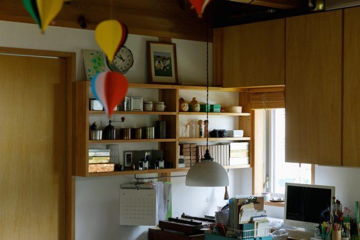 大工さんがつけてくれた飾り棚には、きちんと見せる収納に。