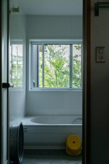 天気がいい日は窓から富士山が見えるという風呂場。