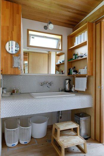 洗面台のタイルや水栓は瑞弥さんが選んだ。シンクはコートやセーターが手洗いしやすいよう深めのものを選んだ。