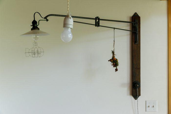 壁に付けたアームライトは、鉄の工房「Iron warm-plus 」でオーダーしたもの。ヴィンテージのような風格もあり、空間を引き締めている。