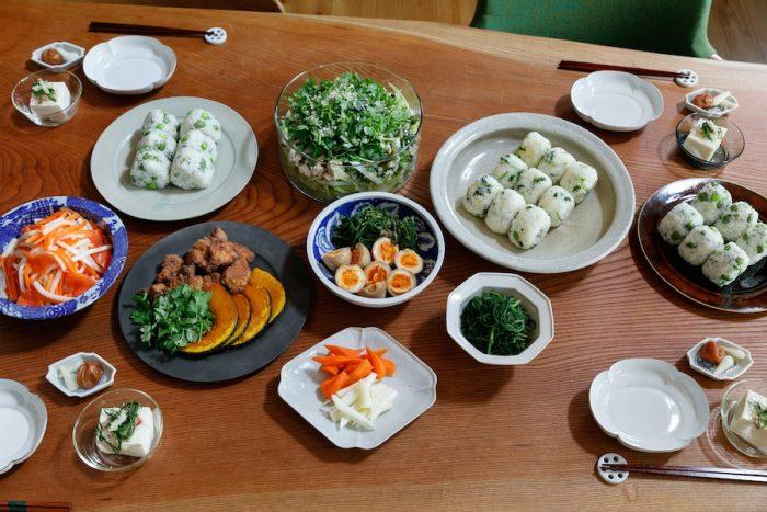 宏さん作の山崎家のいつもの食事。おむすび、唐揚げ、ラープサラダ、煮玉子、ぬか漬けなど。一家が手がけたレシピ本『お米やま家のまんぷくごはん』(主婦と生活社)も大好評。