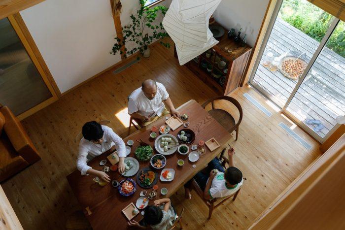 家族で囲む食卓は暮らしの基本。山崎家がいちばん大切にしている時間だ。