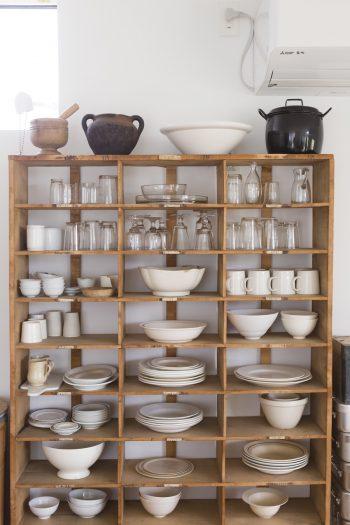 器は作家ものや骨董品など、ひとつひとつ温もりを感じるものばかり。最近は骨董市で1940年代のフランスの壷を衝動買い。