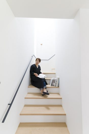 部屋の模様替えをすることが多く、階段の幅は広めにとってもらった。ここで読書をするのがお気に入りだそう。