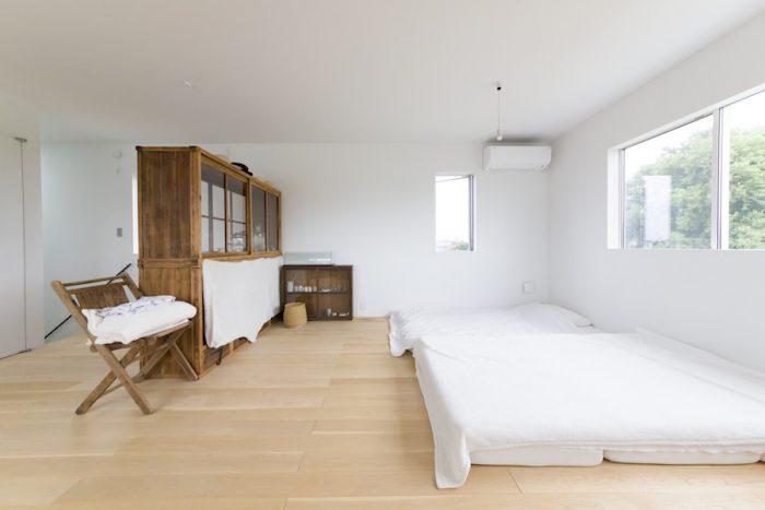 シンプルなベッドルーム。カーテンはかけず、朝晩の自然のサイクルを楽しむ。