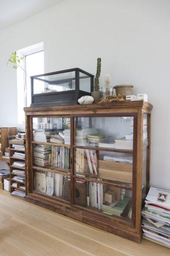 本や資料、仕事の書類などもアンティークの棚に。