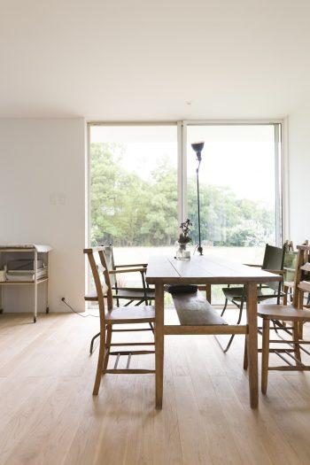 経年の魅力のあるテーブルやイスに、GRASのランプが味を出すダイニング。