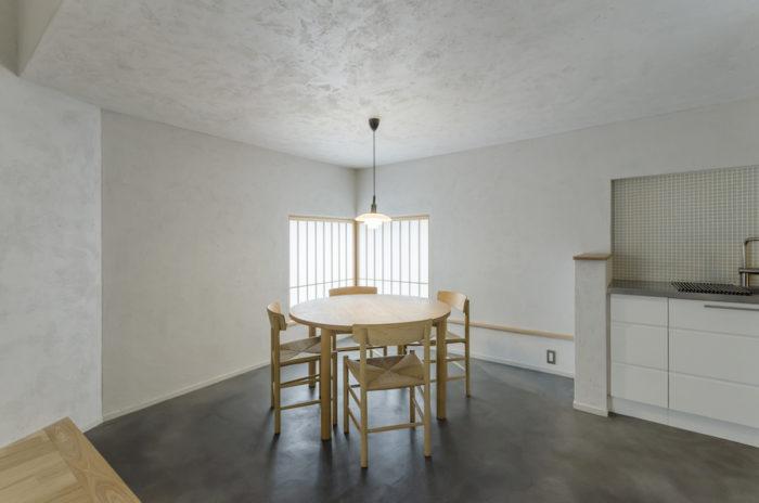 障子を閉めることにより、柔らかな光が拡散して一気に和の雰囲気が漂う。少しグレーがかった色味の壁は、瓦を砕いた粉末を混ぜたしっくいが塗られている。