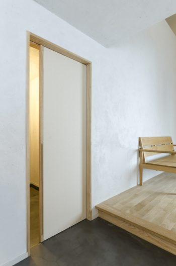 玄関ホールとを隔てる扉には和紙クロスが貼られている。