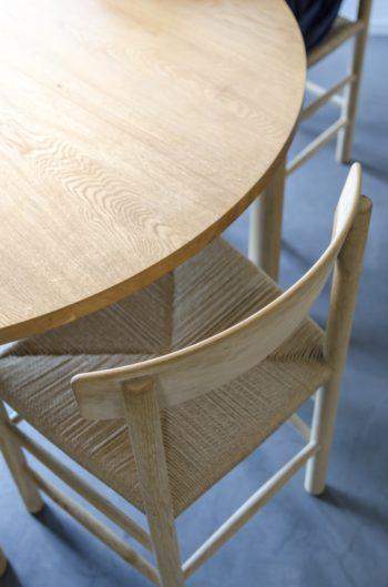 ダイニングテーブルも傍島浩美さんの製作家具。