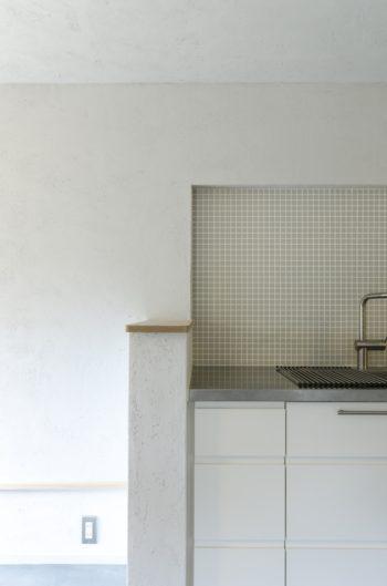 キッチン部分。シンプルながら色と素材の選択に設計の強いこだわりが感じられる。