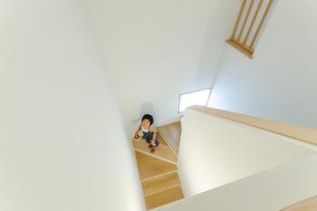 2 階から階段室を見下ろす。