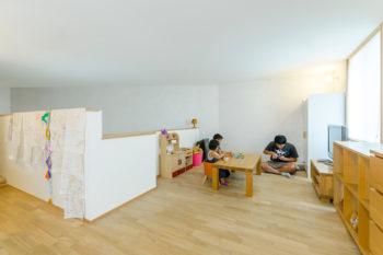 2階の子ども部屋。左手に寝室がある。