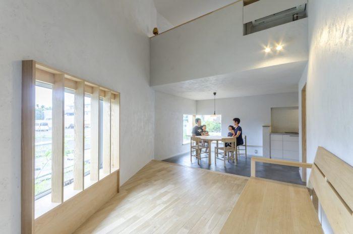 「天井高を2100mm に抑えて1階と2 階の距離をできるだけコンパクトにして、1階にいても2階が近く感じられるようにしています」(永峰さん)。