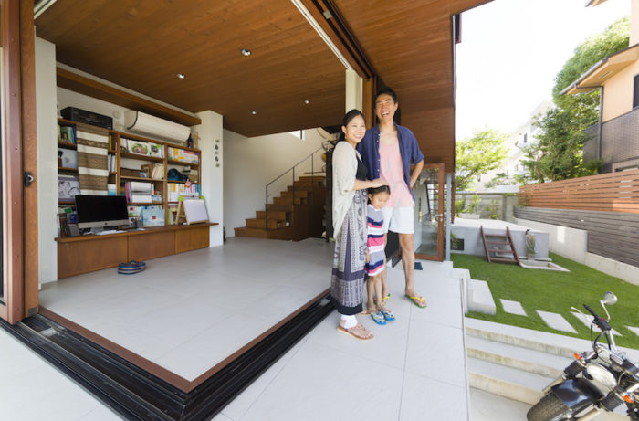 窓を全開にすると、家の中と外の境界が曖昧な、気持ちのいい空間になる。外と中の床材は同じものを使っている。