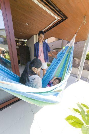 『LA SIESTA』のファミリーサイズのハンモック。「風通しの良い軒下でのリラックスタイムは最高に気持ちがいいです」