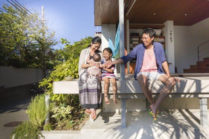 片山さん一家。5歳の明依奈ちゃん、次女のあいらちゃんは生後3ヶ月。足元のスペースにはシーカヤックも収納できる。