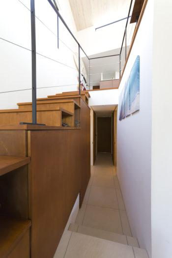 収納スペースはたっぷりと確保。階段の下も有効に活用している。洗濯機もここに。