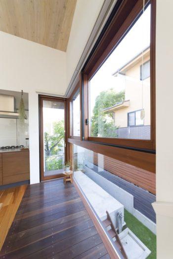 庭に面した大きな窓の側の床はデッキ材を使い、家の中でもアウトドアを感じられる。