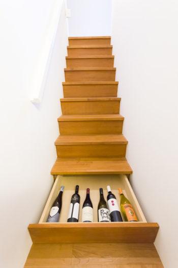 「半地下の寝室の階段の一番下は温度変化が少ないので、ワインセラーを作ってもらいました」