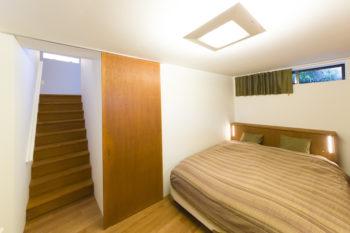 「寝室は半地下にあります。とても静かなのでぐっすり眠れます。半地下に部屋を作ることで容積率の緩和も受けられました」