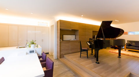 ピアノを囲んで心弾む時間大人も子どもも集う楽しさと豊かさが溢れる暮らし