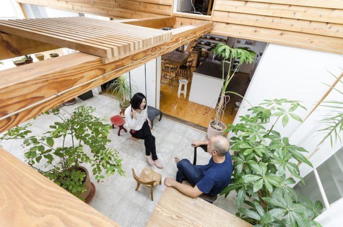 中庭の、遊具のように天井に渡されている柱。智靖さん作の椅子とブランコがアクセントとなり、公園のような雰囲気も。