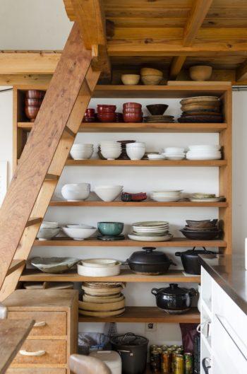 智靖さん作の食器棚には、2人で求めた器がぎっしり。