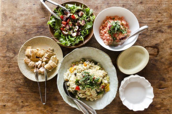 手際よくつくられた彩り鮮やかな昼食。上の木の皿は智靖さん作。