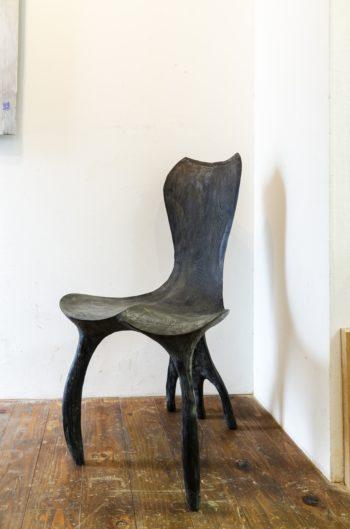 アトリエ入り口で迎えてくれる智靖さんの椅子。