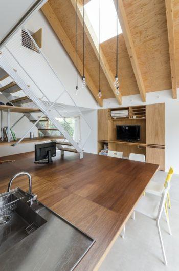 手前のキッチンがそのままダイニングスペースとつながる。