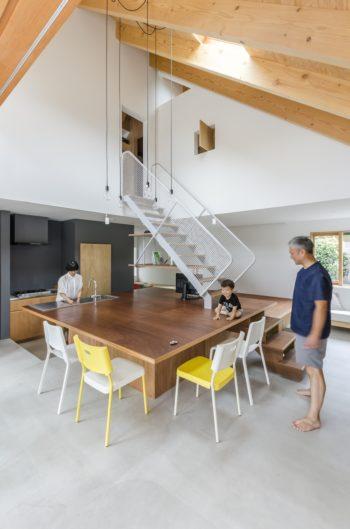 キッチンの位置は、動線とキッチンからの気持ちの良い視線の抜けを奥さんが重視されていることから決められた。
