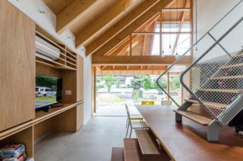 テーブルや壁などの仕上げにはラワン材が使われている。