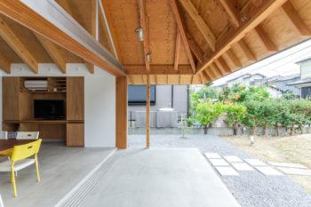 開放感を出し、かつ境界を曖昧にするために、外の柱を屋根のコーナーではなく引っ込んだ位置に立てた。
