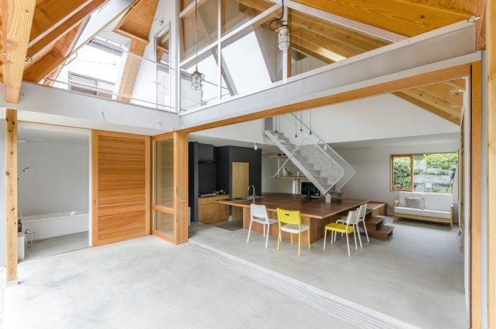 1 階部分を開けるとほとんど外の空気感に。軒下部分にはハンモックを吊るすことができる。左上は布団を干すスペースがほしいとの話からつくられたバルコニー。