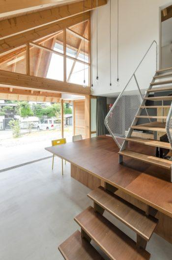 テーブルが階段の一部として使われている。