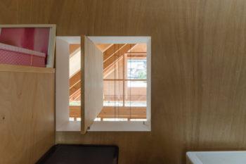 子ども部屋の窓から屋根に開けられた開口を通して外まで視線が抜ける。