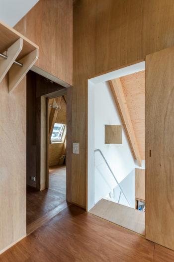 手前が寝室で右に階段。左が納戸で正面奥には子ども部屋がある。