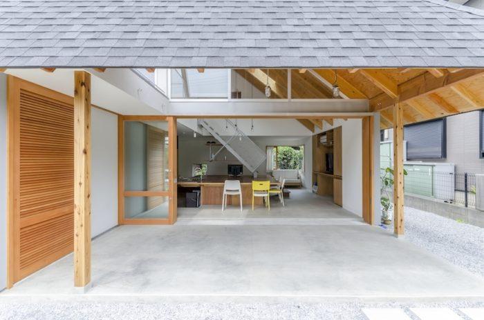 軒下を介して1階の室内を見る。戸を開けるときはこのように全面開放に。軒下部分が緩衝地帯となって外部からの視線は気にならないという。