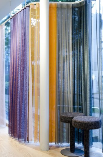 2色の糸を組み合わせたカーテンのシリーズ。1枚使いはもちろん、2枚重ねて表情の違いを楽しむディスプレイも。