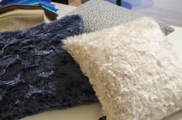 羊の毛のようなモヘアクッション。「クヴァドラ/ラフ・シモンズ」はスローの展開もある。