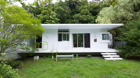 葉山の景観に溶け込む広大な庭とともに暮らす真っ白な平屋の家